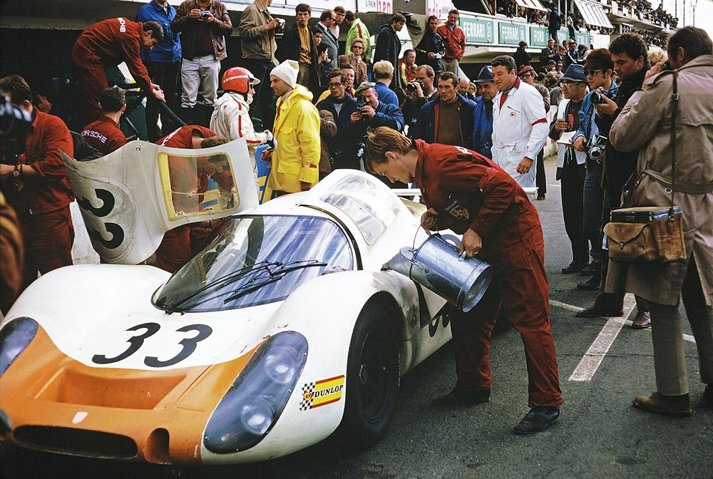 Le Mans 1968: Porsche Type 908 LH Coupé, Rolf Stommelen (com capacete vermelho), Ferdinand Piëch a direita.