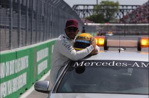 Lewis Hamilton iguala recorde de poles de Ayrton Senna na F-1 e ganha capacete de presente