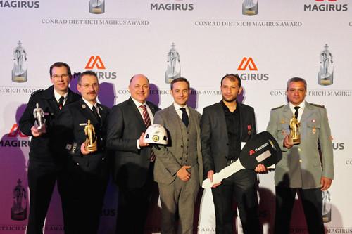 Legenda: O comandante do 2º GBM, no Méier, coronel Cláudio Nicacio (direita), posa com o troféu, com os outros vencedores e com o CEO interino da Magirus, Andreas Klauser (com o capacete).