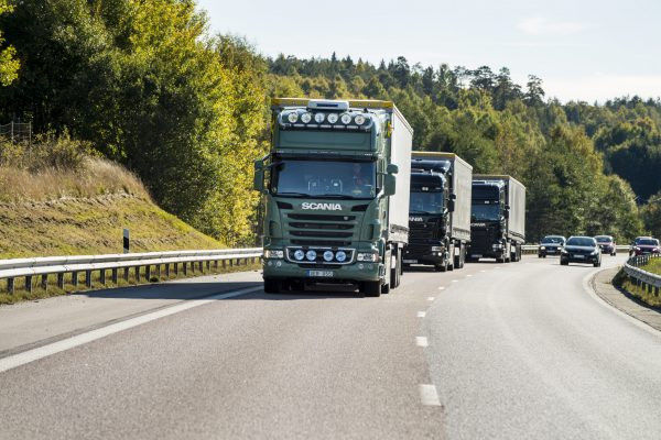 Scania participa de primeira operação com comboio de caminhões 100% autônomo no mundo