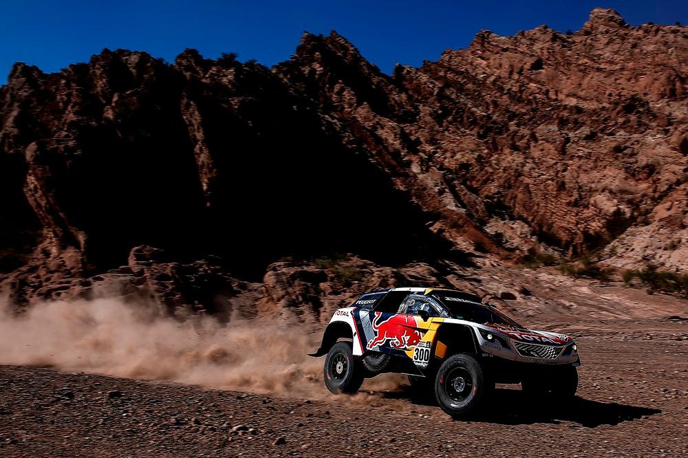Em disputa particular entre os carros franceses da Peugeot, Peterhansel vence e recupera a liderança do Dakar