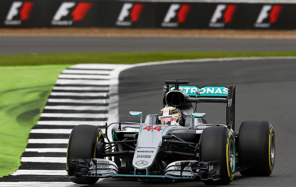 Perante 100 mil fãs do automobilismo, Hamilton vence em casa