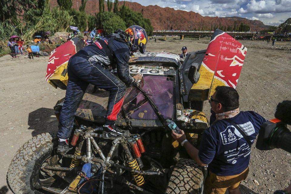 Carlos Sainz abandona Dakar após acidente que danificou o Peugeot 3008 DKR na etapa de ontem.