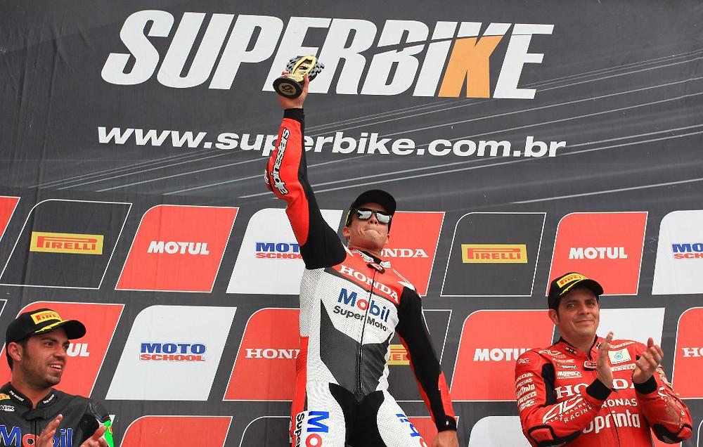 Eric Granado, da Honda Racing, vence as duas corridas do Superbike em Goiânia e fica perto do título