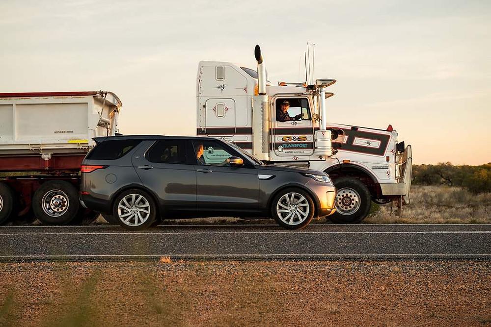 Land Rover reboca um caminhão de 110 toneladas na Austrália