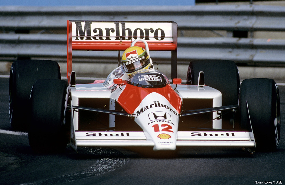 Volta inédita da McLaren modelo MP4/4 de 1988 em ação no GP do Brasil