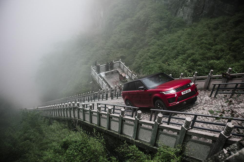 999 degraus e 45 graus de inclinação são vencidos pelo Range Rover Sport híbrido até ao Heaven's Gate na China
