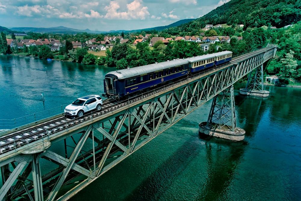 Trem de 100 toneladas é puxado por Land Rover Sport