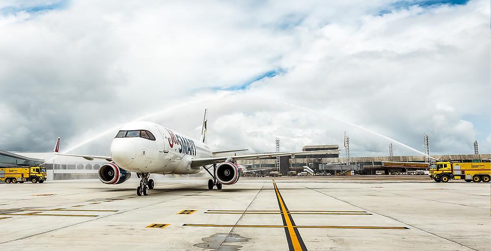 """A empresa área JetSMART Airlines realizou hoje seu primeiro voo conectando diretamente a capital baiana à cidade de Santiago, no Chile.  A JetSMART disponibilizará 4 voos semanais diretos ligando as duas cidades - às terças, sextas, sábados e domingos - com tarifas promocionais a partir de US$ 92 dólares por trecho (preço final) e que podem ser compradas pelo site da empresa www.jetsmart.com.  Para o lançamento, a companhia aérea habilitou o código promocional ALEGRIA, que estará disponível de hoje a 7 de janeiro de 2020, e que dá descontos de até 30% nas compras de passagens para os meses de janeiro e fevereiro do próximo ano.  Em janeiro, iniciam os voos diretos de Foz do Iguaçu para Santiago e, em março, será a vez de São Paulo passar a fazer parte das rotas da empresa, com voos saindo do aeroporto internacional de Cumbica, em Guarulhos  """"Este voo marca o início da nossa operação no Brasil, oferecendo voos SMART em nossos novos Airbus A320 a preços ultrabaixos, para que todos os brasileiros possam viajar para o Chile. Os novos voos unirão importantes cidades da região, fomentando o turismo, a conectividade e o desenvolvimento econômico"""", comemora Estuardo Ortiz, CEO da JetSMART.  Sobre a JetSMART Airlines  A JetSMART é uma companhia aérea sul-americana ultra low cost, fundada pela empresa de capital privado Indigo Partners, que opera a mais nova frota de Airbus da América do Sul. Mantém operações no Chile, Argentina, Peru, Brasil e Colômbia e já transportou mais de 5 milhões de passageiros O objetivo da JetSMART é oferecer tarifas ultrabaixas para toda a América do Sul com a meta de chegar a 100 aviões e 100 milhões de passageiros em 2026.  Sobre o Indigo Partners  Com base nos Estados Unidos, o Indigo Partners é um fundo de investimentos que foi fundado por William A. Franke, empresário reconhecido globalmente no negócio aeronáutico. O Indigo Partners investiu em várias companhias aéreas em diversas regiões do mundo, várias delas com ações em bolsa. Sua carteira"""