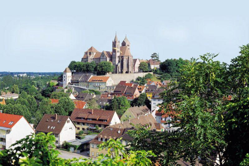 Breisach am Rhein. Ao alto, Catedral de Santo Estevão, com suas torres desiguais.