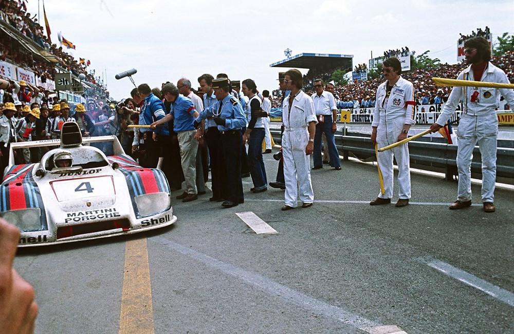 24 hours of Le Mans: Jürgen Barth, Hurley Haywood and Jacky Ickx on a 936/77 (No. 4), 1st 12.06.1977 - 24 hours of Le Mans: Jürgen Barth, Hurley Haywood and Jacky Ickx on a 936/77 (No. 4), 1st lugar na classificação geral.