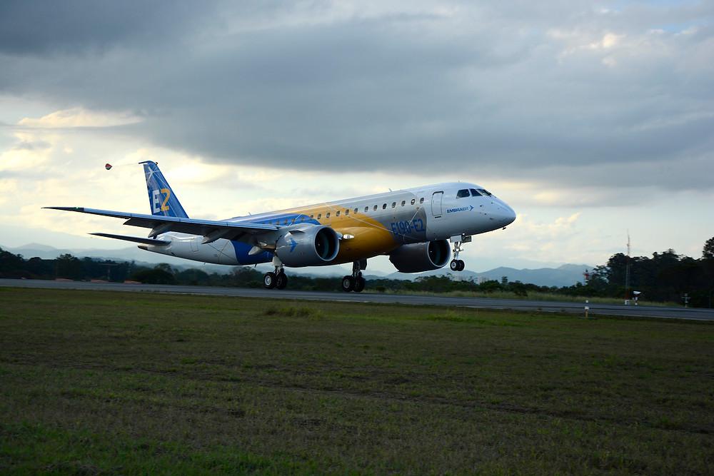 Embraer E190-E2 faz estreia internacional no Farnborough Airshow
