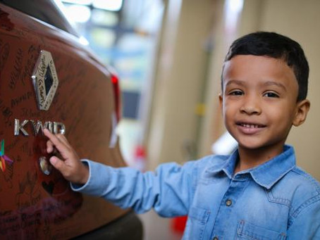 Apaixonado pelo Renault Kwid, pequeno fã do modelo visita a fábrica onde é fabricado o modelo