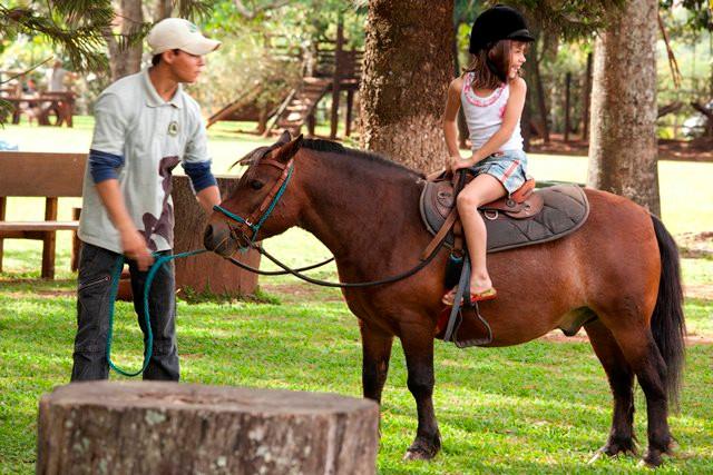 Programe as férias de janeiro em um resort com diversão para crianças e adultos