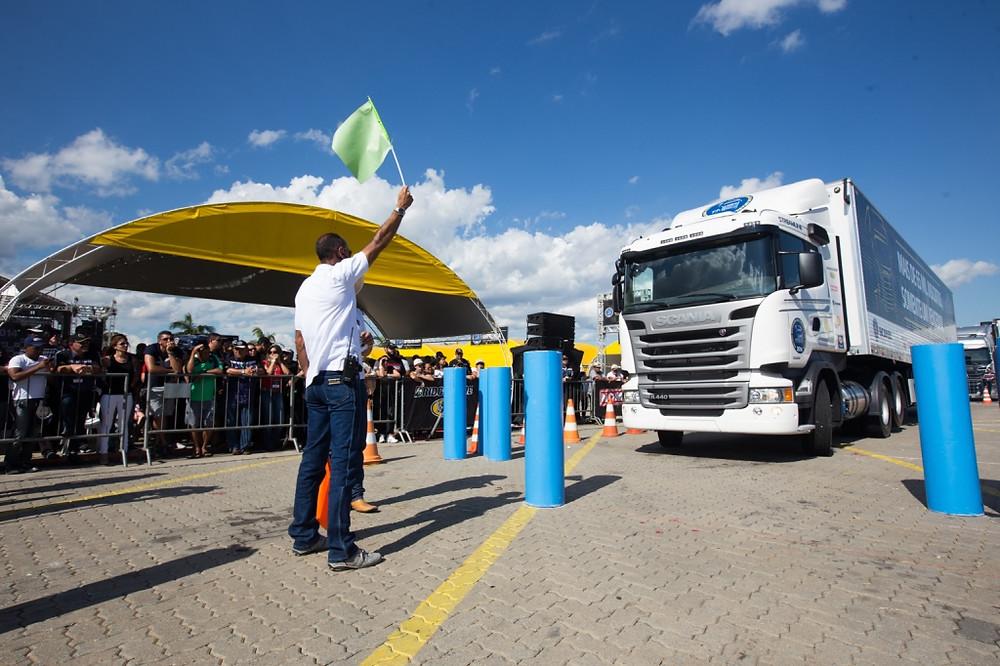 60 motoristas de caminhão disputam título de melhor do Brasil em competição da Scania