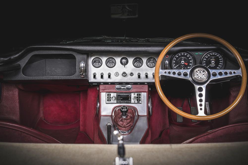 Jaguar Land Rover lança sistema de infoentretenimento moderno para carros clássicos
