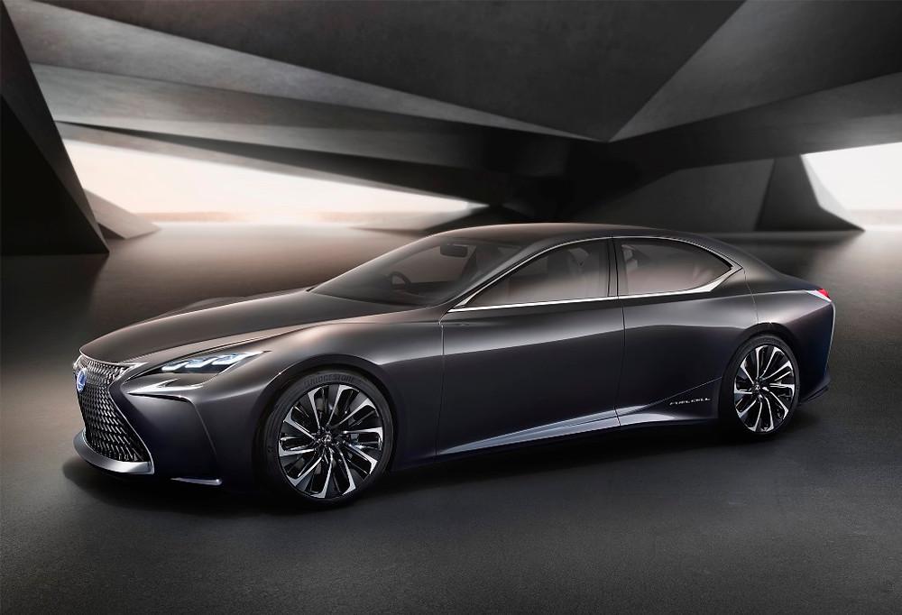 Estande da Lexus com foco no design futurista de seus produtos e conceitos