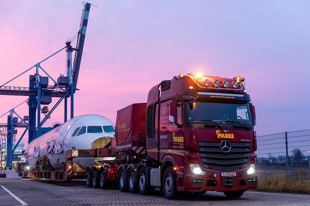 Mercedes-Benz Actros SLT transporta as 90 toneladas de um Airbus A 320 pela Alemanha