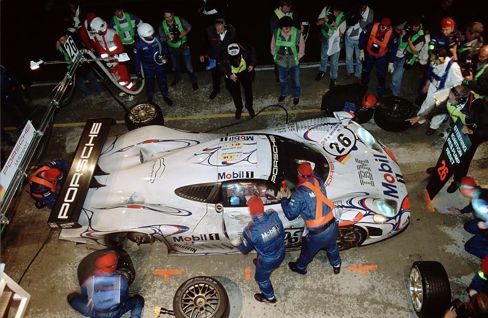 Le Mans 1998:Carro vencedor Porsche 911 GT1 '98 (No. 26), pilotos: Allan McNish, Stéphane Ortelli e Laurent Aiello, atrás deles Norbert Singer.