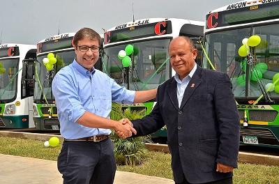 Da esquerda para a direita: Ricardo França, gerente comercial da IVECO BUS para a América Latina, e Guillermo Pozo Garcia, executivo da VIPusa.