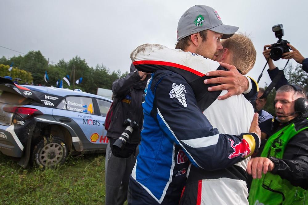 O abraço entre Mikkelsen e Tanak