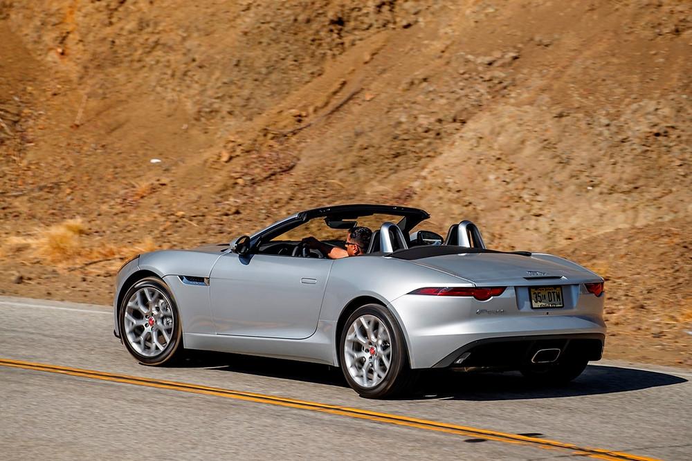 Jaguar apresenta F-Type com novo motor Ingenium de 300CV de última geração