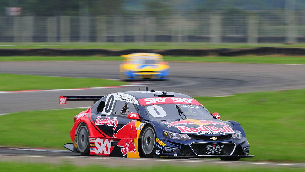 No apertado Velopark, Cacá Bueno é Pole Position na Stock Car