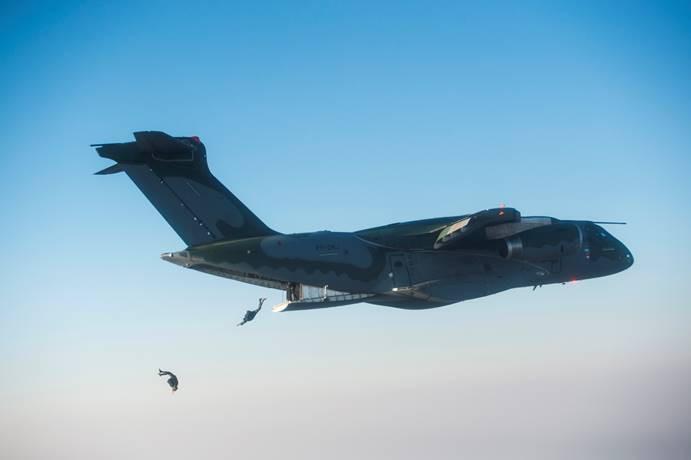 Embraer e SkyTech assinam carta de intenção para até seis aeronaves KC-390 da fabricante brasileira
