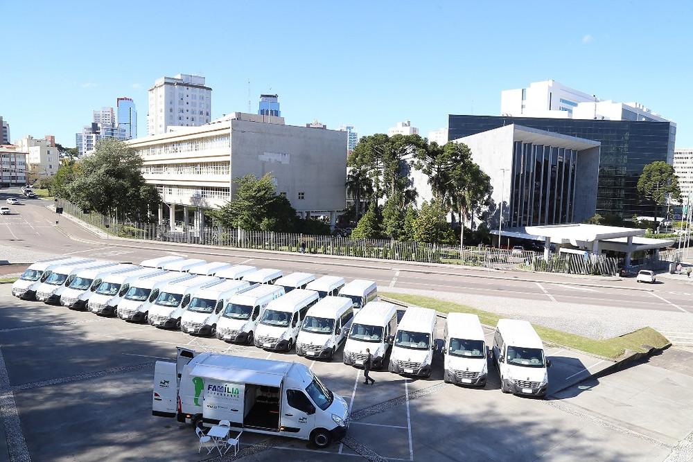 Renault entrega dez veículos Master para programa social do Paraná