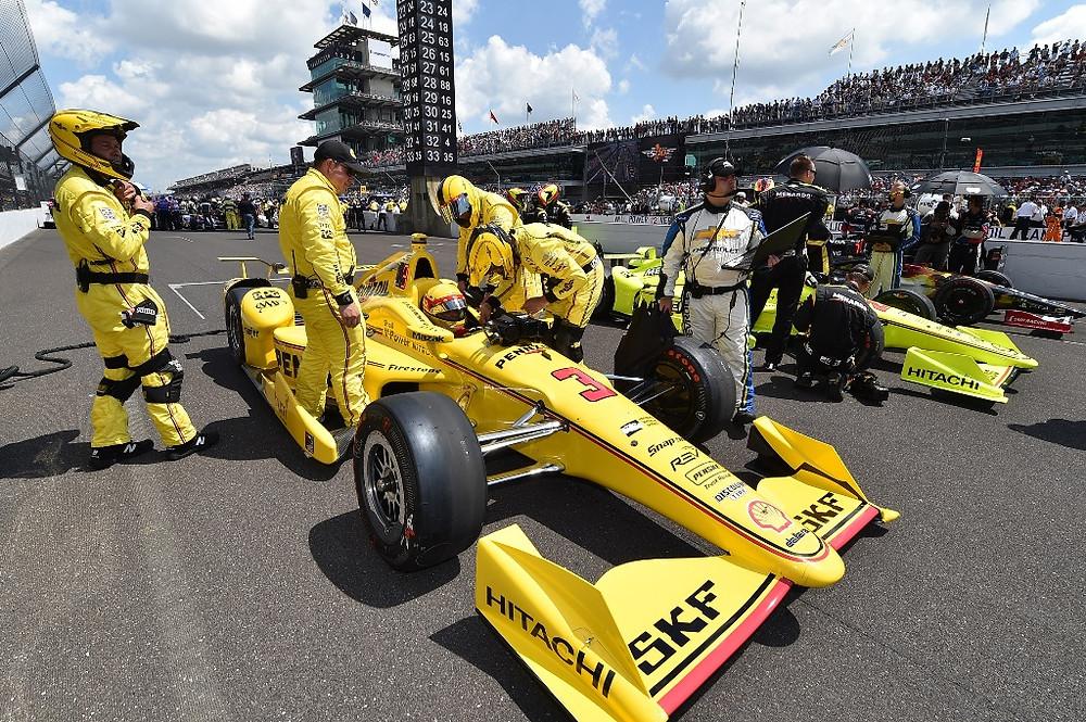 Após liderar e ser tocado, Helio Castroneves termina Indy 500 em 11º