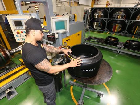 Pirelli inaugura módulo exclusivo para pneus de competição em sua fábrica de Campinas.