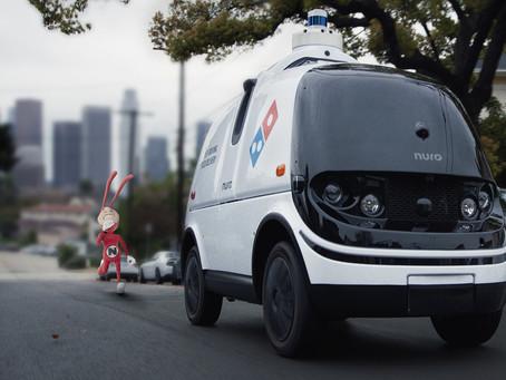 """Expressas: Em comercial, veículo autônomo Nuro da Domino's Pizza foge do """"vilão"""" Noid"""