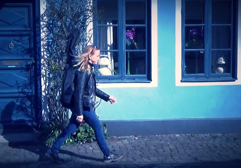 Elisabeth Kitzing with guitar in Ystad
