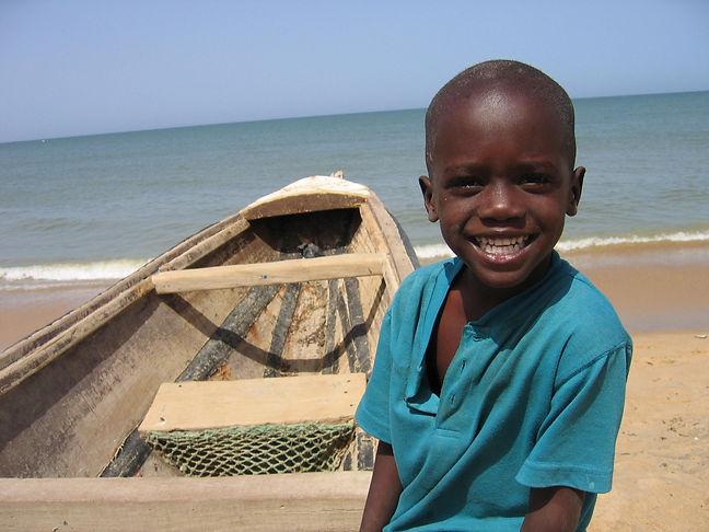 Enfant souriant sur une plage