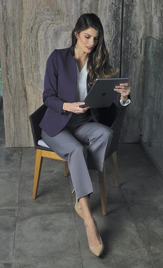 Saco morado, pantalón y blusa dama