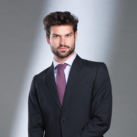 Traje negro corbata vino