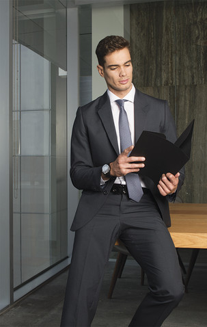 Traje negro corbata gris