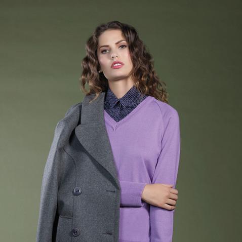 Abrigo gris y suéter tejido