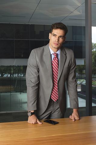 Traje gris y corbata roja