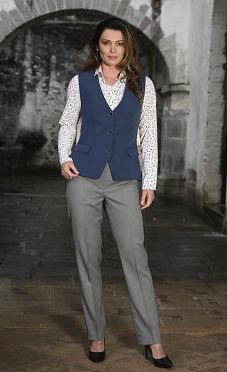 Pantalón gris y chaleco azul índigo
