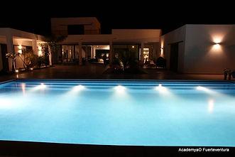 Villa mit beheitztem Pool.jpg