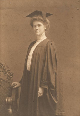 Maud_McLure_Kelly_in_her_graduation_cap_