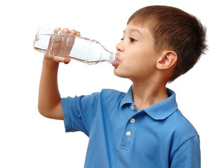 Criança precisa criar hábito de beber água