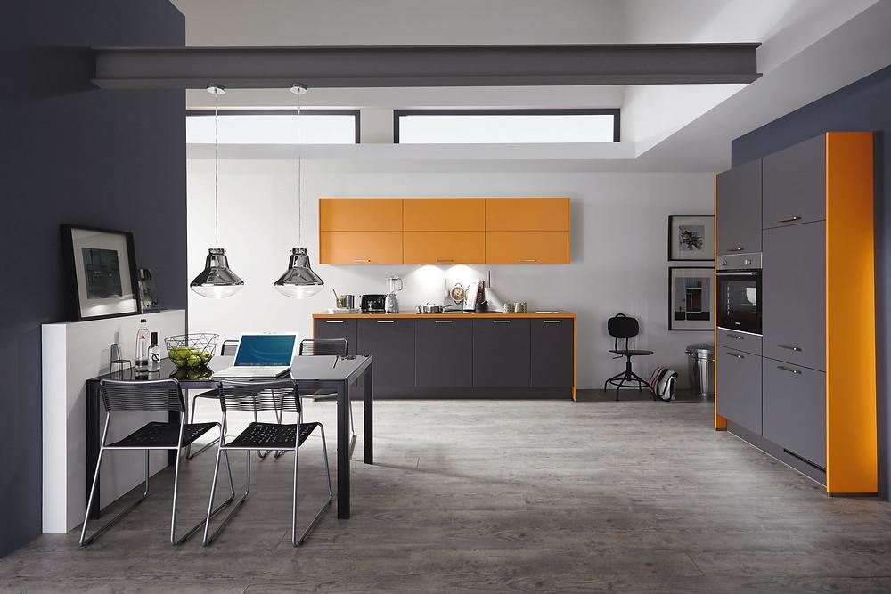 Die atemberaubende Küche in Lacklaminat, Schiefergrau supermatt Touch 334. Kombiniert mit einem dezenten Orange.