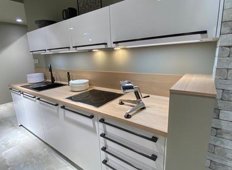 Diese moderne Küche bietet eine harmonische Farb- und Materialkombination
