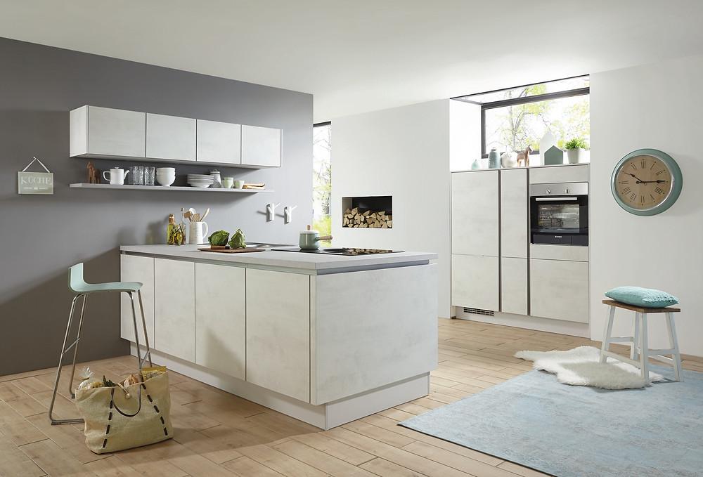 Die Küche im schlichtem #Design mit #Kochinsel in #Weißbeton #Riva 891