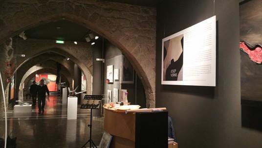 Muntatge de l'exposició Vernis a la sala la Plana de l'Om