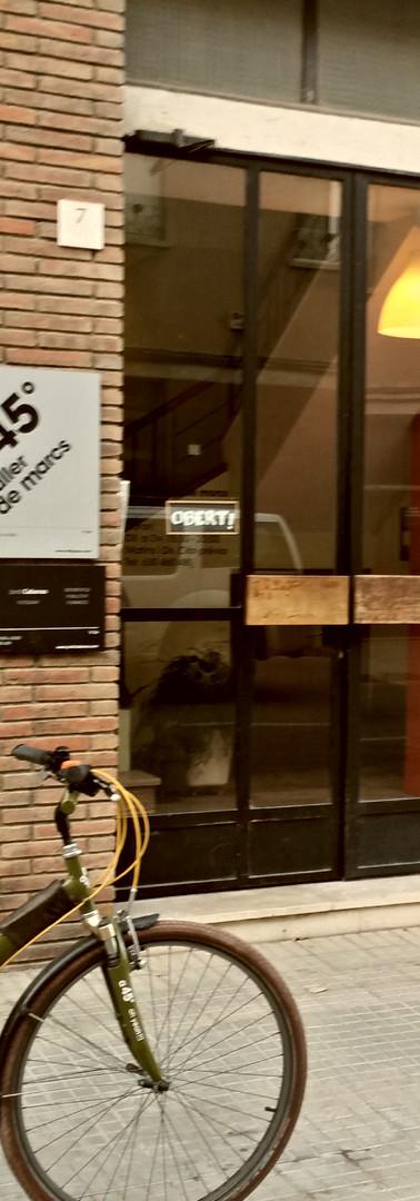 La bici y la entrada a a45º Taller de marcs