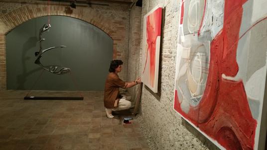 Muntatge de l'exposició Vernis