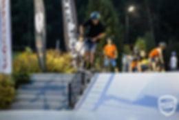 poręcz na dużym skateparku